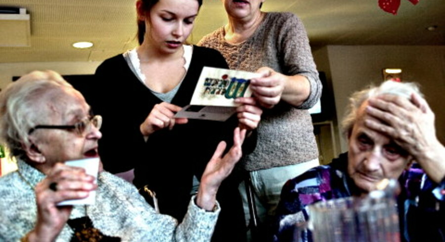 På plejehjemmet Peder Lykke Centret har Harriet netop modtaget et julebrev fra familien i USA. Mange af beboerne har meget lidt kontakt med deres familier, men i Ældre Sagen ønsker man en pårørende-politik bla. med mulighed for at holde Bedstes første sygedag Foto: Nanna Kreutzmann