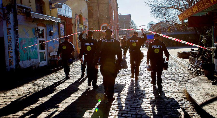 Politi på Christiania i stor razzia. Det handler om hash. Pusher Street.