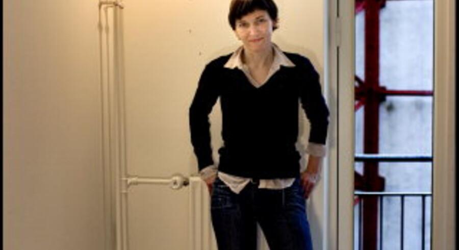Gitte Villesen i sin lejlighed på Vesterbro i København. Til daglig arbejder og bor hun i Kreutzberg i Berlin. Den farverige bydel er kendt for at rumme bl.a. Anhalter Bahnhof, Jüdisches Museum og <br>Tempelhof-lufthavnen. Foto: Linda Henriksen
