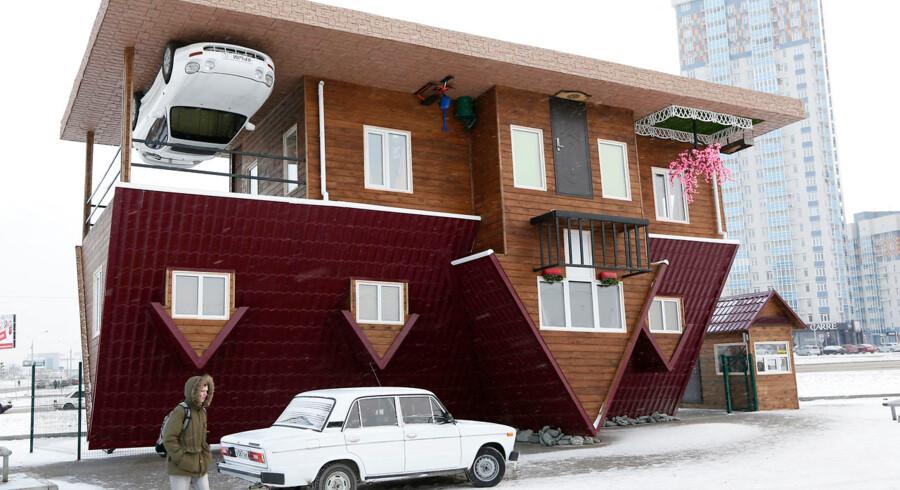 Huset, den lille forhave og bilen vender på hovedet ude foran det lille udstillingshus i Moskva.Et museum i den russiske by Krasnoyarsk har bygget et modelhus, der vender hele verden på hovedet. I huset kan besøgende gå på loftet, og man er nødt til at hoppe for at nå gulvet. Se med her.
