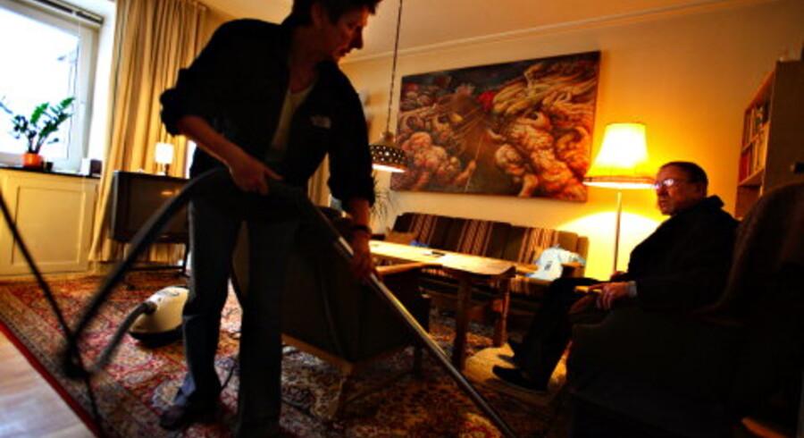 Seri Jørgensen har været hjemmehjælper i snart 20 år. Hver 14. dag kommer hun i en time og gør rent hos 83-årige Poul Mosegård Jensen. Seri Jørgensen har været Poul Mosegård Jensens hjemmehjælper i alle de otte år han har haft hjælp. Hun kommer også 10 minutter hver morgen og sørger for, at Poul Mosegård Jensen får de piller, han skal have. Tidligere kom hun 2 timer hver uge og hjalp også med tøjvask. Foto: Søren Bidstrup
