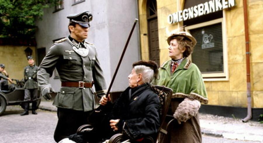 En million DVD'er er solgt til dato af danmarkshistoriens mest populære TV-serie.<br>Her Karen Berg og Karin Nellemose som Tante og Misse  Møghe  Foto: Scanpix