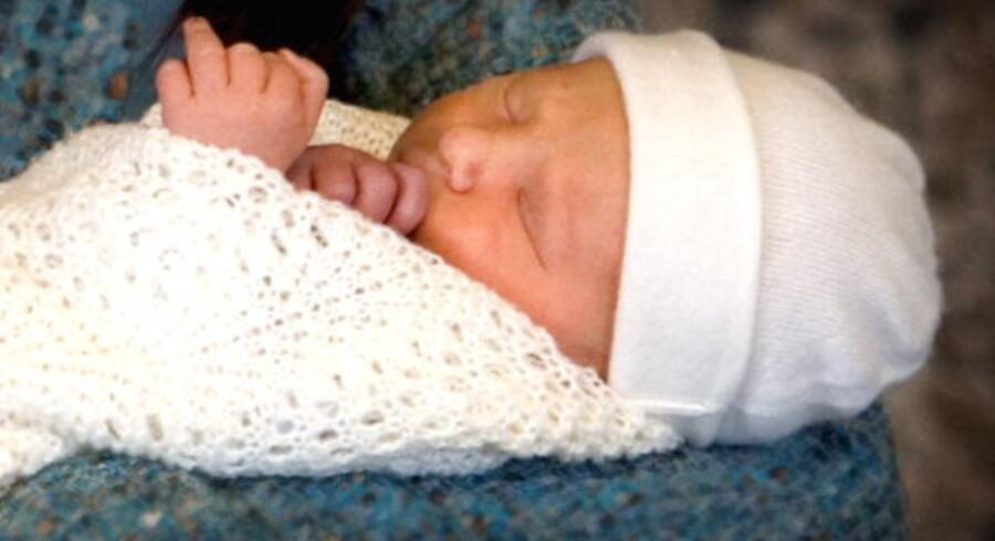 Kronprinsen sad selv ved rattet, da lilleprinsen blev kørt hjem efter fødslen på Rigshospitalet.<br>Foto: Keld Navntoft