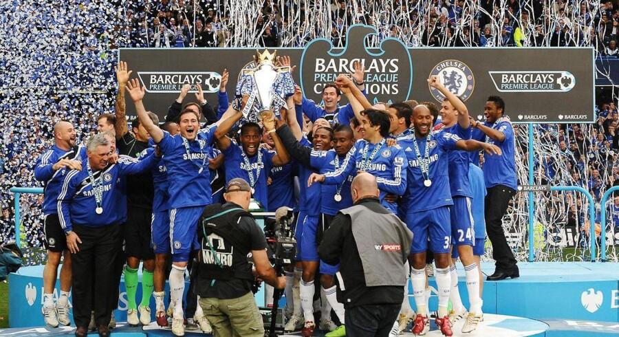 Chelsea fejrer erobringen af Barclays Premier League trofæ den 9. maj 2010. London-klubben vandt titlen med et forspring på et point over Manchester United.