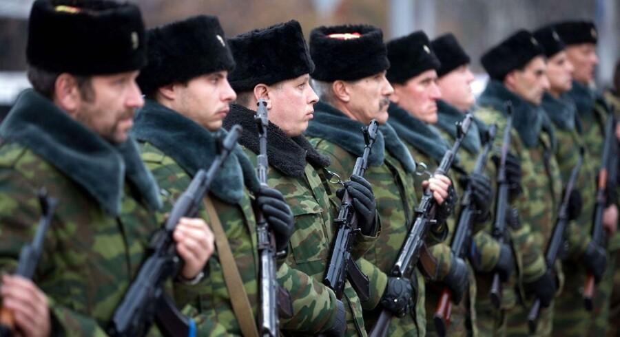 En æresgarde i den selvudnævnte folkerepublik Donetsk, hvor det næste store slag om lufthavnen kan komme til at stå.