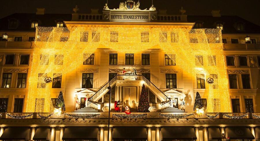 Fredag 24. november kl. 17 tændes julelysene på Hotel d'Angleterre.AOK har været i arkiverne og fundet billeder af hotellets udsmykning gennem årene.Her ses udsmykningen i 2014.