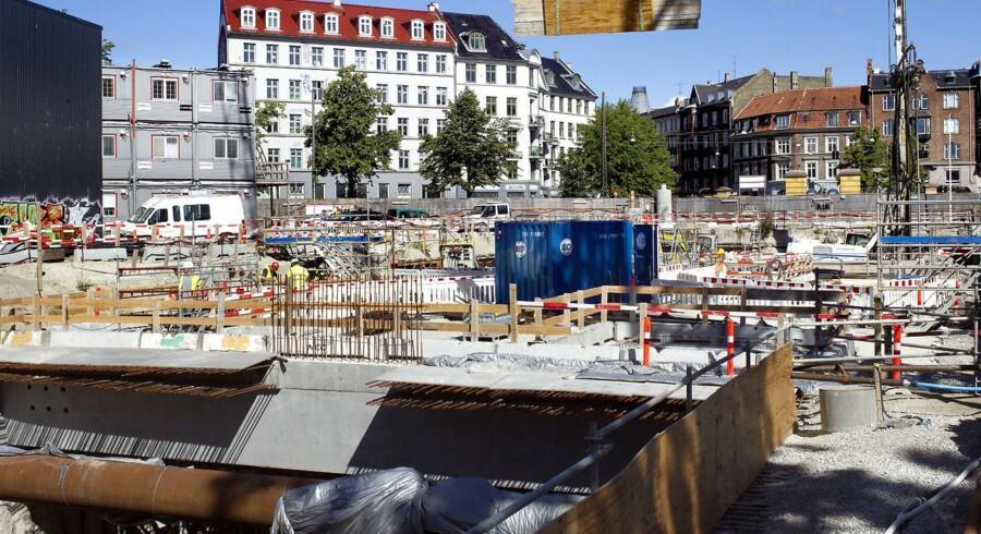 Metroen udbygges for 8,6 milliarder kroner. Når den nye københavnske metrolinje åbner i december 2018, er der kommet 31 kilometer nye spor til, lagt 132.000 betonelementer, gravet 3 millioner tons jord op og brugt 1,1 millioner tons beton.