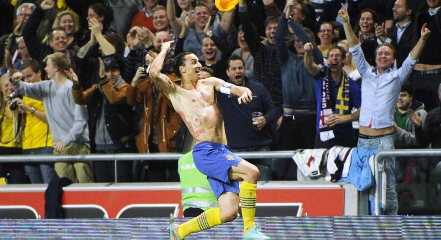 Zlatan Ibrahimovic fejrer sin saksesparksscoring mod England, som han senere modtog Puskas Awarden for.