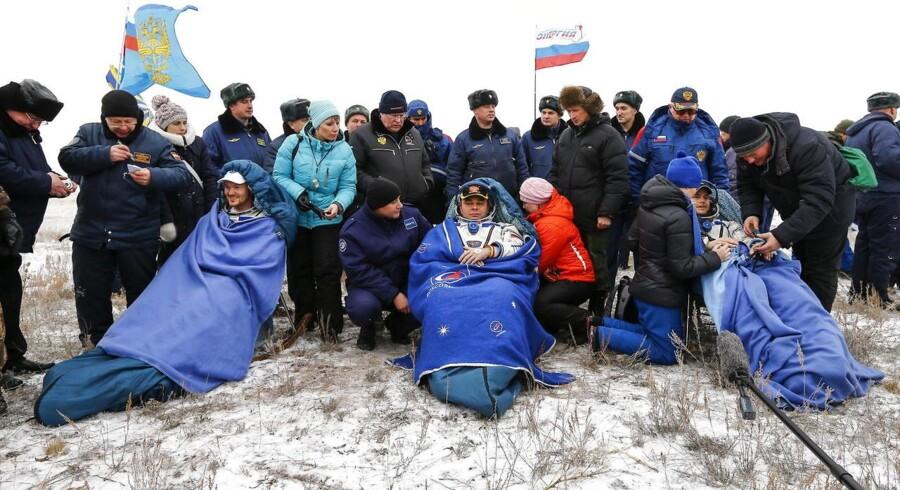 Tre astronauter er vendt hjem til Jorden efter seks måneders ophold på ISS - Den Internationale Rumstation. Her tager astronauterne fra henholdsvis Tyskland, Rusland og USA et hvil efter landingen nord for Kazakhstan.