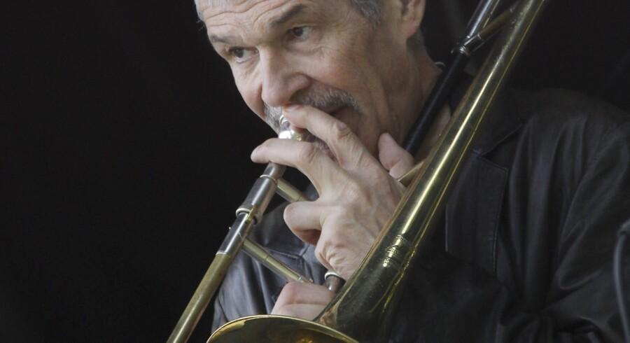 Erling Kroner på Kapelmesternes scene i Kongens Have ved Copenhagen Jazzfestival søndag den 4. juli 2010, Erling Kroner (tb). (Foto: Brian Bergmann/Scanpix 2010)