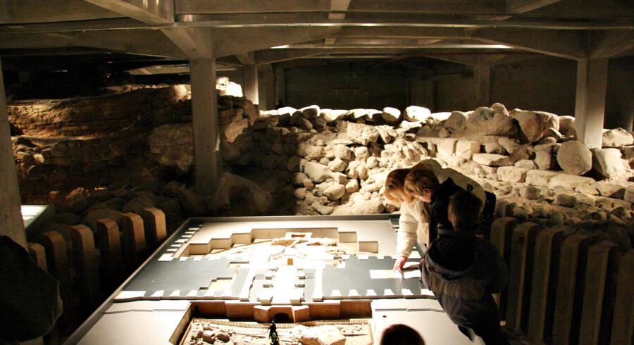 Ruinerne under Christiansborg. Ruinerne af Absalons Borg og Københavns slot hører til blandt de mest markante fortidsminder i Danmark. Her undersøges model ved indgangen til ruinerne under Christianssborg slot.