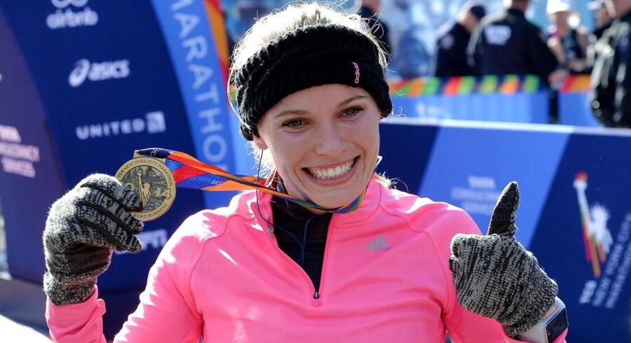 Caroline Wozniacki jubler efter at have krydset målstregen ved dette års New York City Marathon