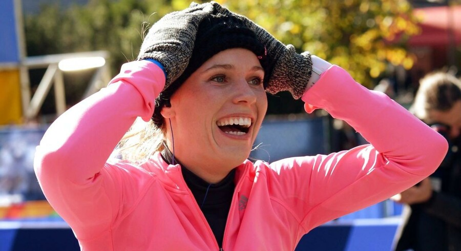 En glad Caroline Wozniacki krydser målstregen i TCS New York City Maraton.