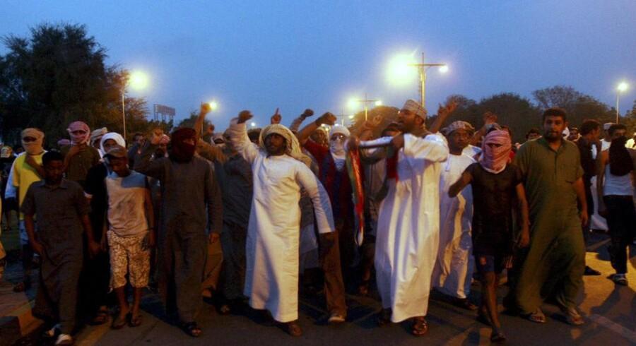 Omanere protesterer i den nordlige havneby Sohar, hvor de blokerede veje og plyndrede et supermarked i kravet om flere arbejdspladser og en politisk reform. Foto: Jumana El-Heloueh, Reuters/Scanpix