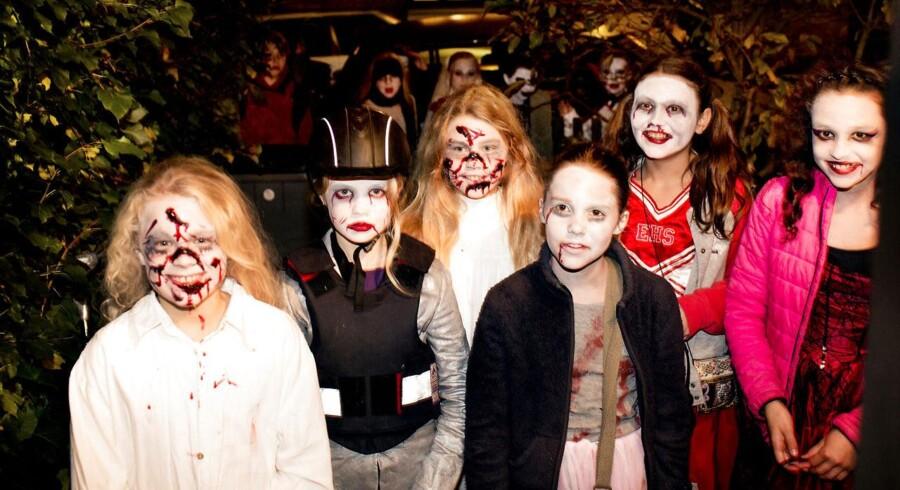 Slik eller ballade... Halloween i Humleby, fredag den 31. oktober 2014 på Vesterbro i København. Uhyggeligt udklædte børn går rundt og ringer på hos naboerne i håb om at der falder noget slik af.Halloween er over os. Slik, udklædning og en masse uhygge er opskriften på en god aften for mange børn denne fredag.I Humleby på Vesterbro i København var det også børnene der var i højsædet. Fredag aften var Humlebys unge beboere på jagt efter slik hos naboerne.Se hvordan det gik ved at klik dig videre her..