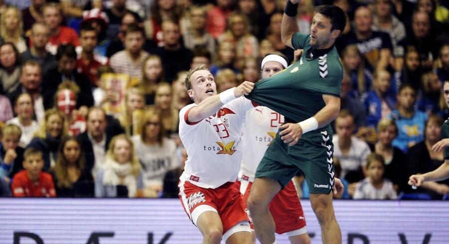 Henrik Toft Hansen fik meget spilletid i forsvaret mod Litauen. Her blev det til en del nærkampe.