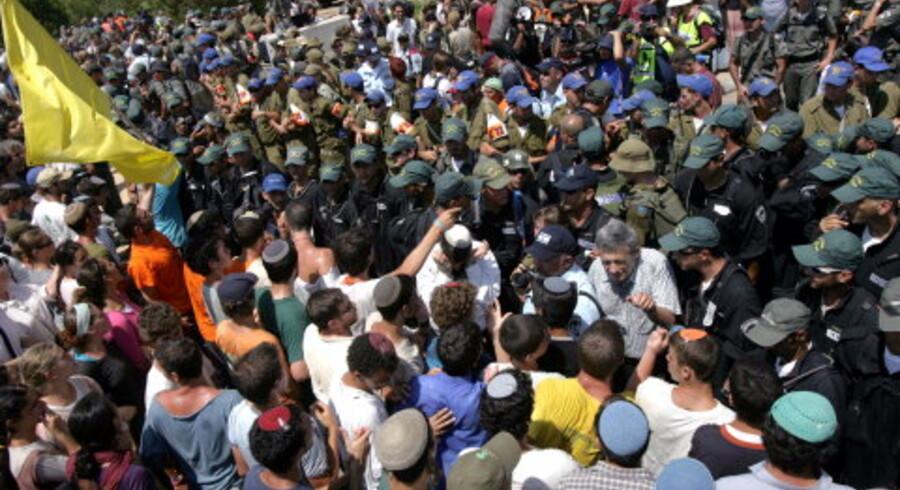 Voldsomme uroligheder og arrestationer udviklede sig tirsdag omkring hovedfærdselsåren til den største israelske bosætterblok Gush Katif i Gazas Neve Dekalim.<br>Foto: AFP