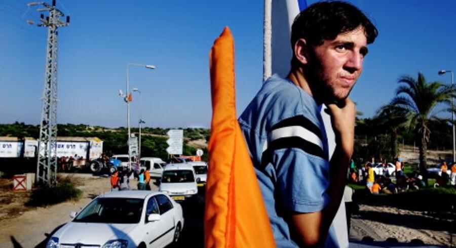 I Gaza demonstrerer jøder dagligt mod Israels premierminister Ariel Sharons beslutning om at rømme beboelser med 8.000 jøder. Demonstranter binder orangefarvede bånd på de forbipasserende biler, og de israelske soldater gør ikke meget for at forhindre det. Mange af dem kan heller ikke skjule deres sympati for demonstranterne. Foto: Claus Bjørn Larsen