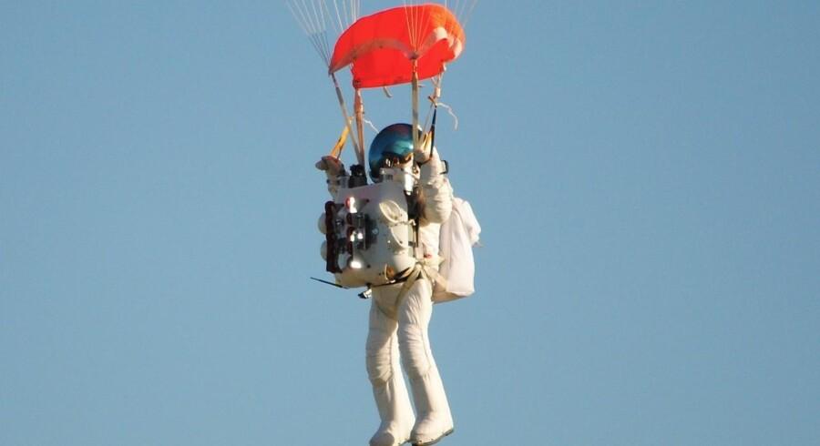 Den 57-årige Google-chef, Alan Eustace, slog Felix Baumgartners rekord, da han fredag sprang ned fra en balon i 41.4 kilometers højde. Her nærmer han sig jorden efter hvad han betegner som en »vild, vild tur«.
