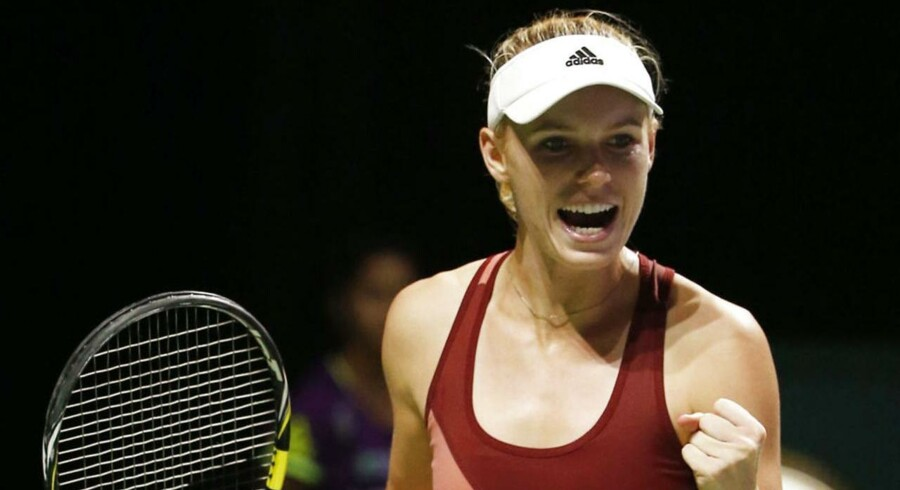 Caroline Wozniacki er i semifinalen uden kamp. Maria Sharapova vandt første sæt mod Radwanska, hvilket er nok til at indløse semifinale-billetten