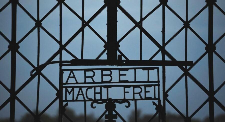 Skiltet på porten til den gamle kz-lejr Dachau er blevet stjålet. På skiltet stod der den kendte sætning »Arbeit macht frei« (Arbejde gør dig fri). Ifølge tysk politi er hele porten med skiltet blevet stjålet.
