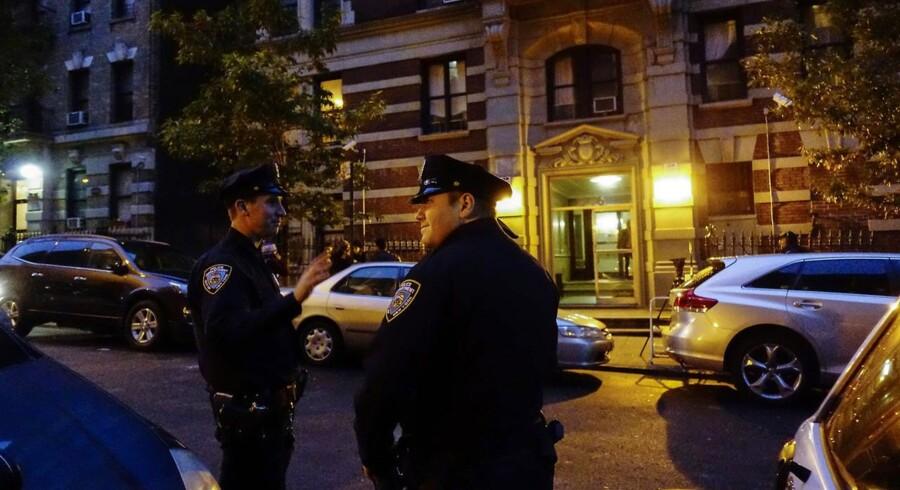 Politibetjente bevogter den bygning, hvor Craig Spencer bor.