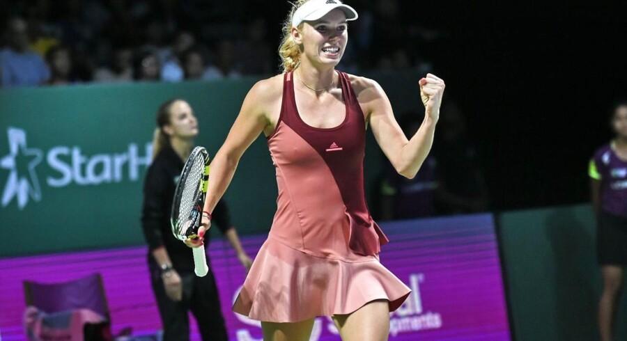 Caroline Wozniacki jubler efter at have besejret polske Agnieszka Radwanska til kvindernes Tennis Championship i Singapore. Danskeren er nu meget tæt på semifinalen ved den store afslutningsturnering.Se flere billeder fra kampen ved at klikke videre.