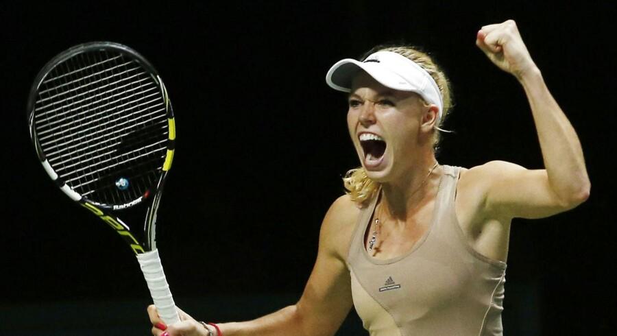 Caroline Wozniacki jubler over sin sejr over Maria Sharapova ved WTA Championships i Singapore.