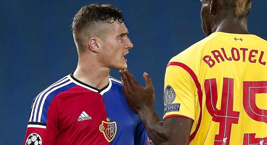 ARKIVFOTO. Basels Taulant Xhaka er kommet i problemer, efter han markerede en sejr over Young Boys ved at banke hånden i brystet og derefter løfte en strakt arm, en salut der kunne ligne en nazihilsen. Her ses Xhaka under en kamp mod Liverpool i begyndelsen af oktober.