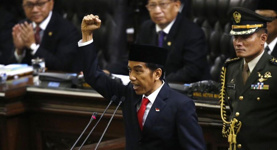 Indonesiens nyvalgte præsident Joko Widodo råber »Merdeka« (frihed, red.) fra talerstolen i Repræsentanternes Hus i Jakarta efter valgsejren.