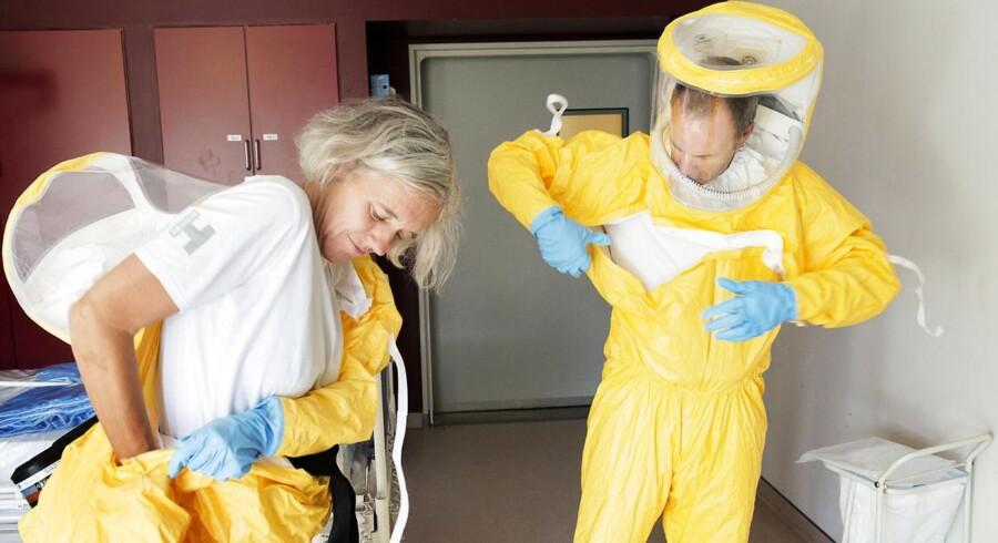 Arkivfoto: Ebola-beredskab på Hvidovre Hospital. Overlæge, dr.med. Gitte Kronborg og Professor, Overlæge, dr.med. Thomas Benfield. Beskyttelsesdragter. (Foto: Claus Bech/Scanpix 2014)