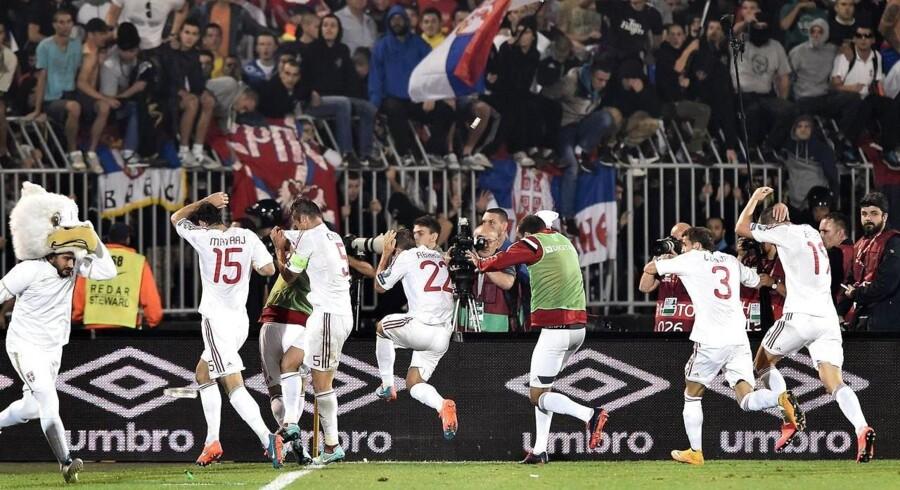 De albanske spillere måtte løbe i sikkerhed i spillertunnellen. Men heller ikke her var de sikre.