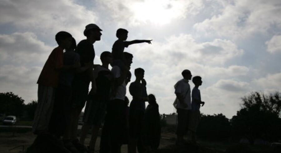 Israelske bosættere og modstandere af rømningen står på en bakketop uden for den jødiske bosættelse Kfar Darom i Gaza. <br>Foto: Reuters/Nir Elias