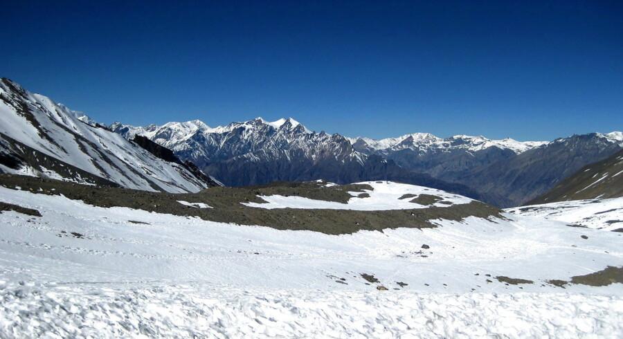 Nepalesiske myndigheder oplyser onsdag aften ifølge BBC, at mindst 21 menes omkommet i Himalaya efter kraftige snestorme og laviner. Mindst en halv snes af de omkomne var turister på vandretur.