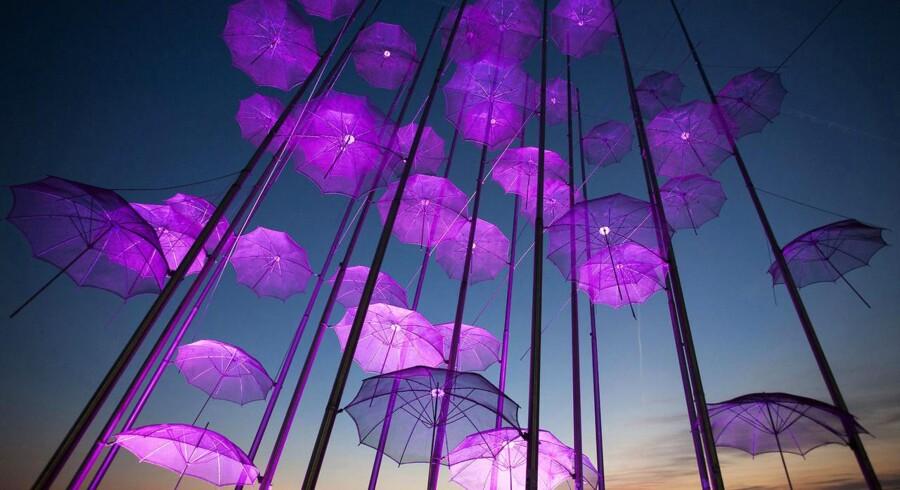 Skulpturen »Umbrellas«, lavet af Giorgos Zogolopoulos er oplyst i pink i forbindelse med »Breast Cancer Awareness Month« i det nordlige Grækenland.