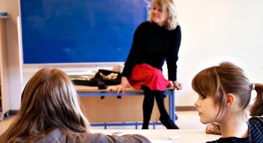 """Lærerstillinger bliver nedlagt i tusindvis. """"Grotesk"""", siger lærernes formand."""