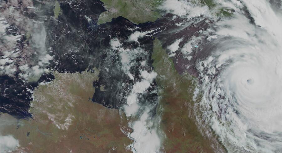 Orkanen Yasi som den så ud en time inden, den gik i land ved byen Cairns på den australske nordøstkyst. Orkanens øje kan tydeligt ses yderst til højre.