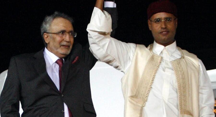 Lockerbie-bomberen, Abdul Baset Ali al-Megrahi, fik efter sin løsladelse en triumfmodtagelse i Libyens hovedstad, Tripoli. Said Gadaffi (th.), en søn af landets stærke mand, ledsagede ham.