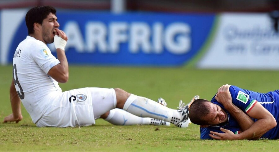 Luis Suarez klar til comeback på landsholdet efter denne situation, der gav ham en kæmpe karantæne for at bide Giorgio Chiellini i skulderen und VM.