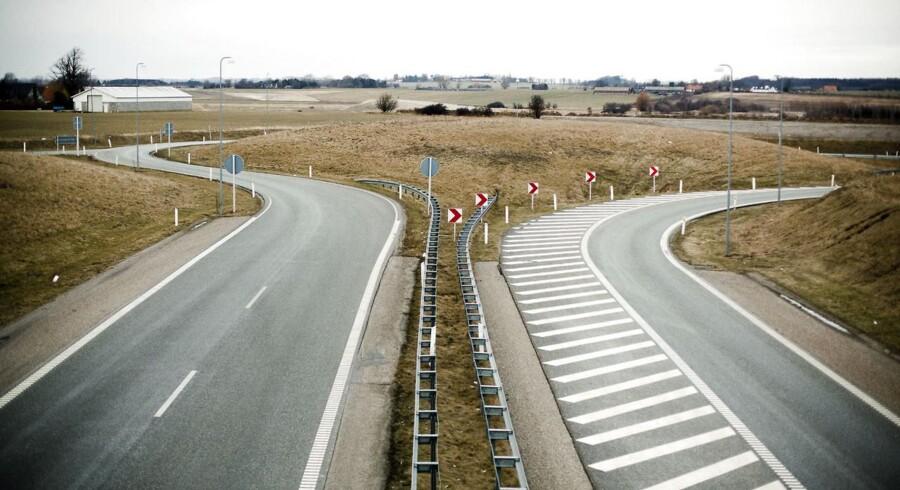Nærdemokrati for enden af Holbækmotorvejen. Nærdemokratiet i Danmark lider under de sammenlagte kommuner, men i Holbæk, hvor lokalsamfundene har organiseret sig i lokalfora, oplever man det stik modsatte. Her lever gejsten for lokaldemokratiet og de små byer har indflydelse.