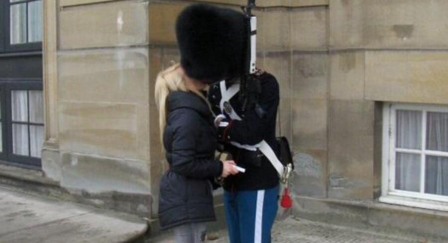 Her er billedet af garderen Jannik, der giver sin kæreste Camilla et kys under bjørneskindshuen foran Frederik den 8's Palæ. Det skete en efterårsdag sidste år, og eftersom Jannik nu har aftjent sin værnepligt, får kysset ingen disciplinære konsekvenser.
