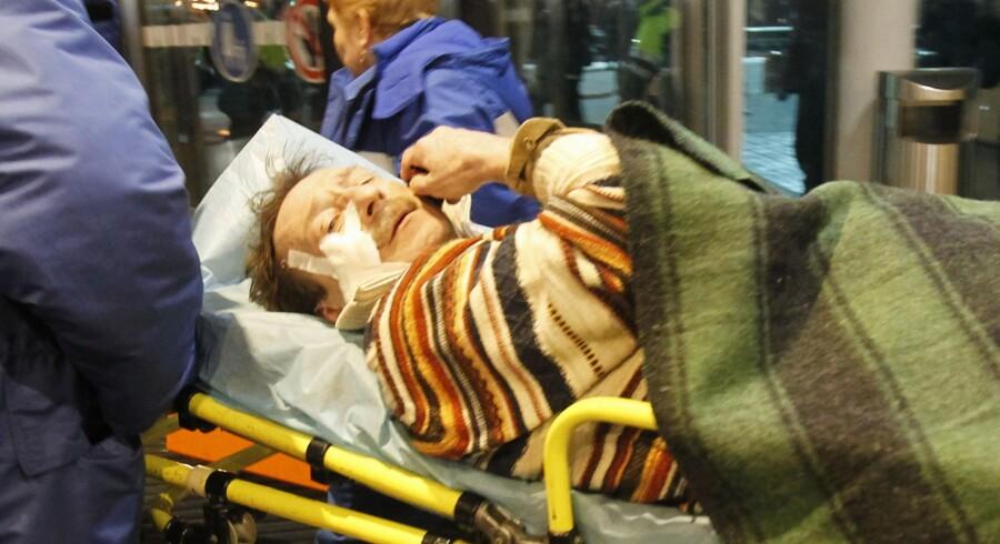 En af de over 100 sårede af eksplosionen i lufhavnen Domodedovo køres bort af redningsfolk.