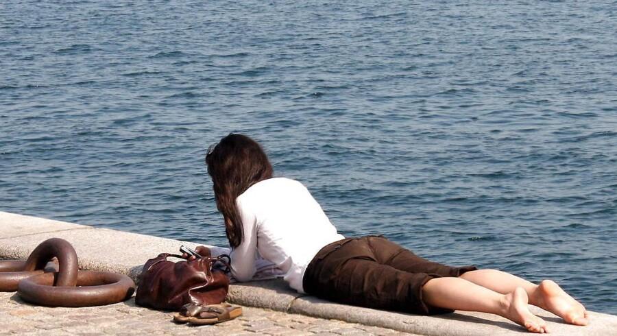 ARKIVFOTO. Steen Rasmussen, der er vagthavende meteorolog ved Danmarks Meteorologiske Institut (DMI), lover halvsommerlige temperaturer flere steder i landet lørdag, hvor man uden at frygte for influenza og undrende blikke kan trække i de korte bukser.