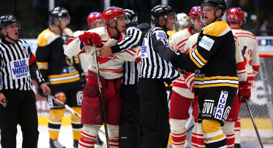 Det er spillerne, hockeyfans interesserer sig mest for, men dommerne er også tit i fokus. Her en situation fra sæsonpremieren i Metal Ligaen mellem Rødovre Mighty Bulls og Herlev Eagles.