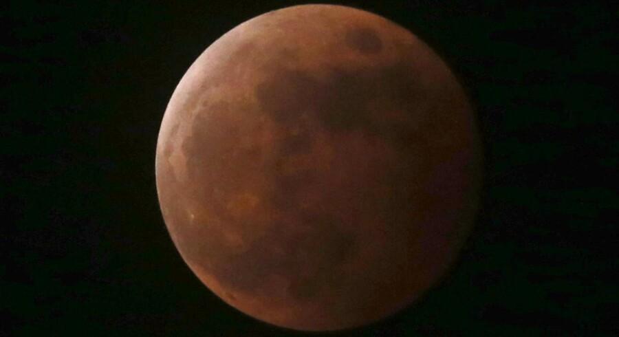 Årets anden totale måneformørkelse kunne ikke observeres fra Danmark. Det er måneformørkelse, når Jorden skygger fuldmånen for solens stråler. Fænomenet kan opleves to gange om året, hvor jordklodens bane kommer i vejen for solens stråling på månen. Når månen ikke er helt usynlig ved en total måneformørkelse, skyldes det, at solens stråler, der ellers er helt lige, bliver bøjet i Jordens atmosfære.Se her, hvordan dele af verden oplevede fænomenet.