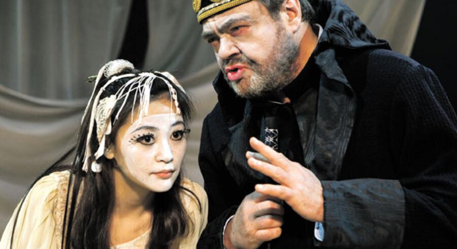 Ma Qingli og Tommy Kenter som hhv. Ariel og Prospero.