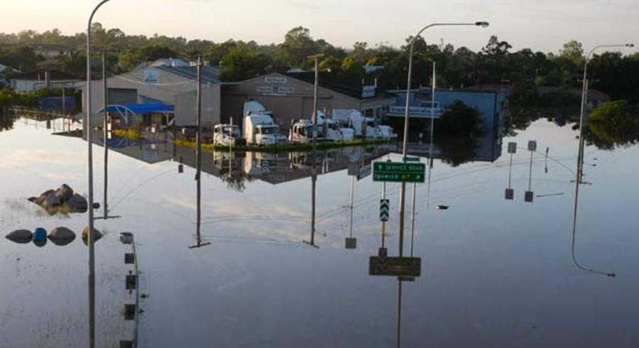En lastbilforhandler er ramt af oversvømmelse i en forstad til den australske by Brisbane. Historiens værste oversvømmelse skete ved Den Gule Flod i Kina i 1931, da 1-3,7 mio. mennesker omkom. I 2010 blev både Pakistan og Kina ramt af voldsomme oversvømmelser, hvor henholdsvis 1.760 døde og 1.470 mennesker døde. Senest er også Brasilien ramt af voldsom oversvømmelse.