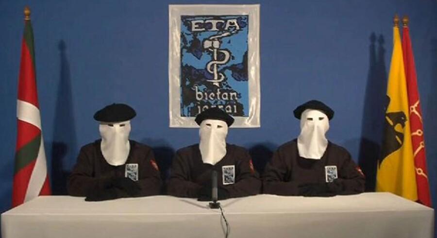 Tre medlemmer af den spanske separatistbevægelse ETA annoncerede mandag en permanent våbenstilstand efter over 40 års blodsudgydelser i kampen for et uafhængigt Baskerland.