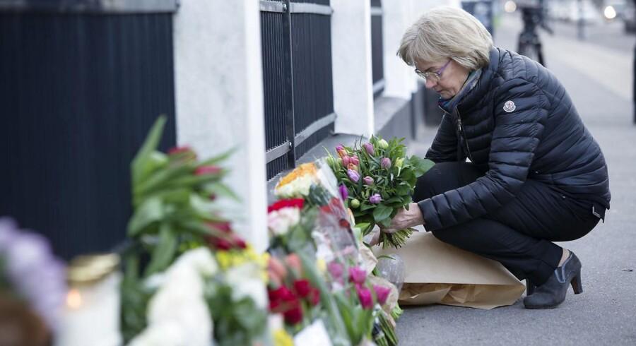 Kondolencerne strømmer til Belgien after terrorangrebene i Bruxelles. Foran Den Belgiske Ambassade har borgere og politikere lagt blomster. Her Folketingets formand Pia Kjærsgaard.