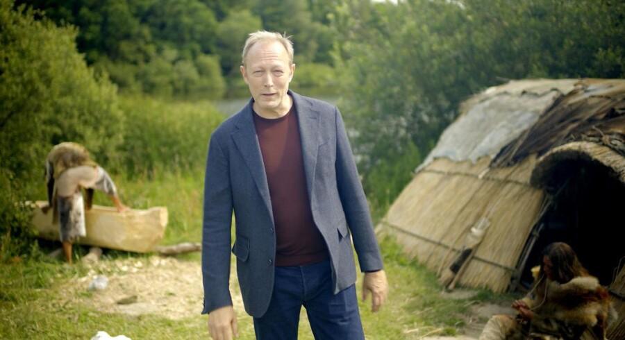 Skuespilleren Lars Mikkelsen blev tidligt valgt som den gennemgående fortæller i »Historien om Danmark«. Til gengæld blev andre valgt truffet for sent og for rodet, mener flere kilder.